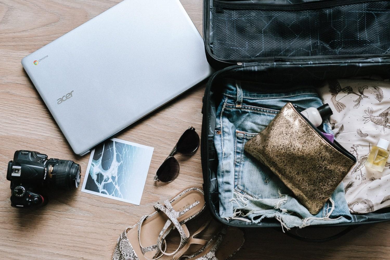 kleiner gepackter Koffer