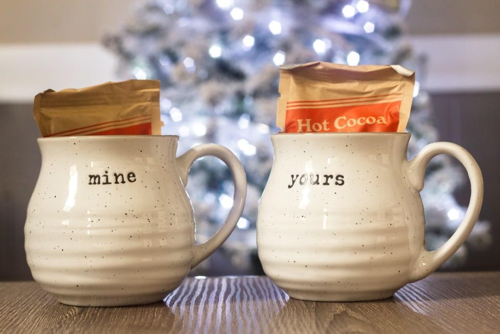"""Zwei Tassen mit der Aufschrift """"mine"""" und """"yours"""""""