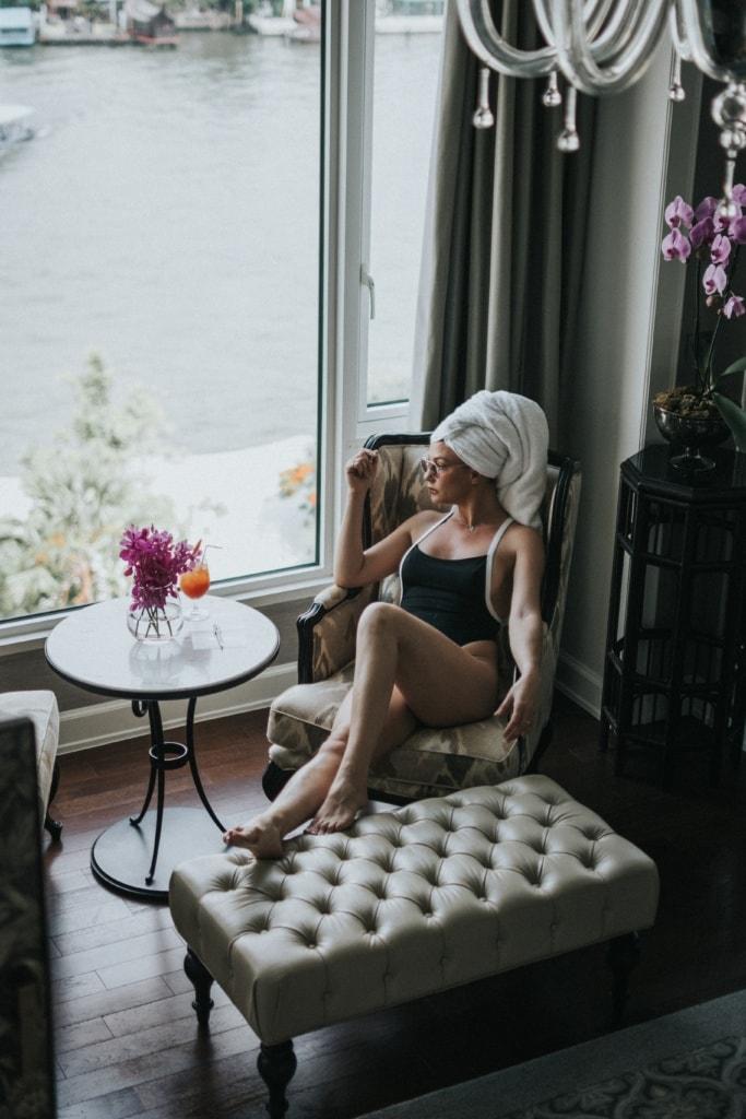 Frau im Badeanzug auf Sessel