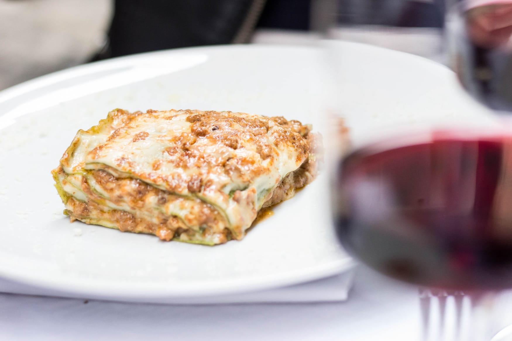 Essen in Bologna: Lasagne und Rotwein