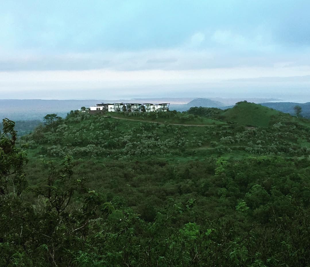 @marie.worldwild erkundet zurzeit die Galapagos-Inseln. Sie wohnt auf Santa Cruz – der bewohntesten der Inseln. Doch der Blick von ihrem Zimmer hoch auf dem Hügel zeigt davon nichts! @pikaialodge @smallluxuryhotels #explore #ecuador #traveldeeper #niceview #passionpassport #naturpur #comewithme #luxurytravel #galapagos #islandlife