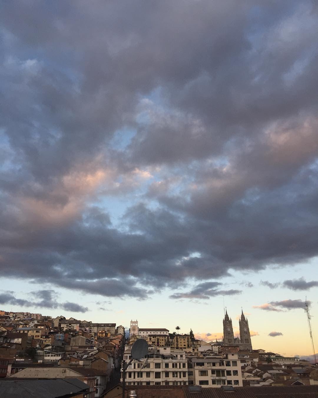 @marie.worldwild sendet Bergegrüße aus Ecuador. Bereits in der Hauptstadt Quito ist die Luft ganz schön dünn – die Stadt liegt auf über 2800 Metern! @design_hotels #passionpassort #traveldeeper #ecuador #southamerica #comewithme #travelwithme #quito #andes #bergeliebe #sunset #niceview