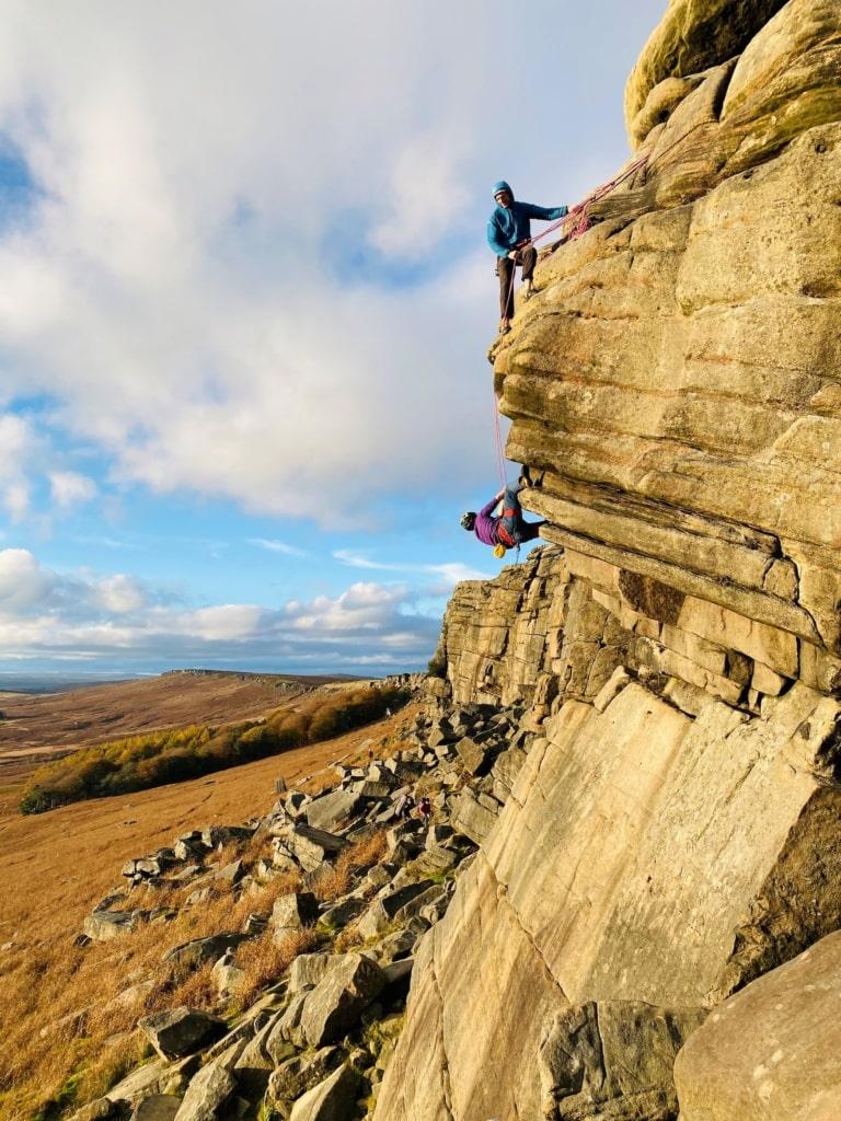 Kletterer im The Peak Nationalpark auf dem Pennine Way in England