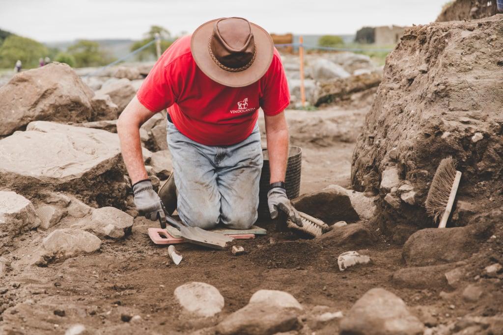 Mann gräbt römische Mauern aus entlang eines Wanderweges in England