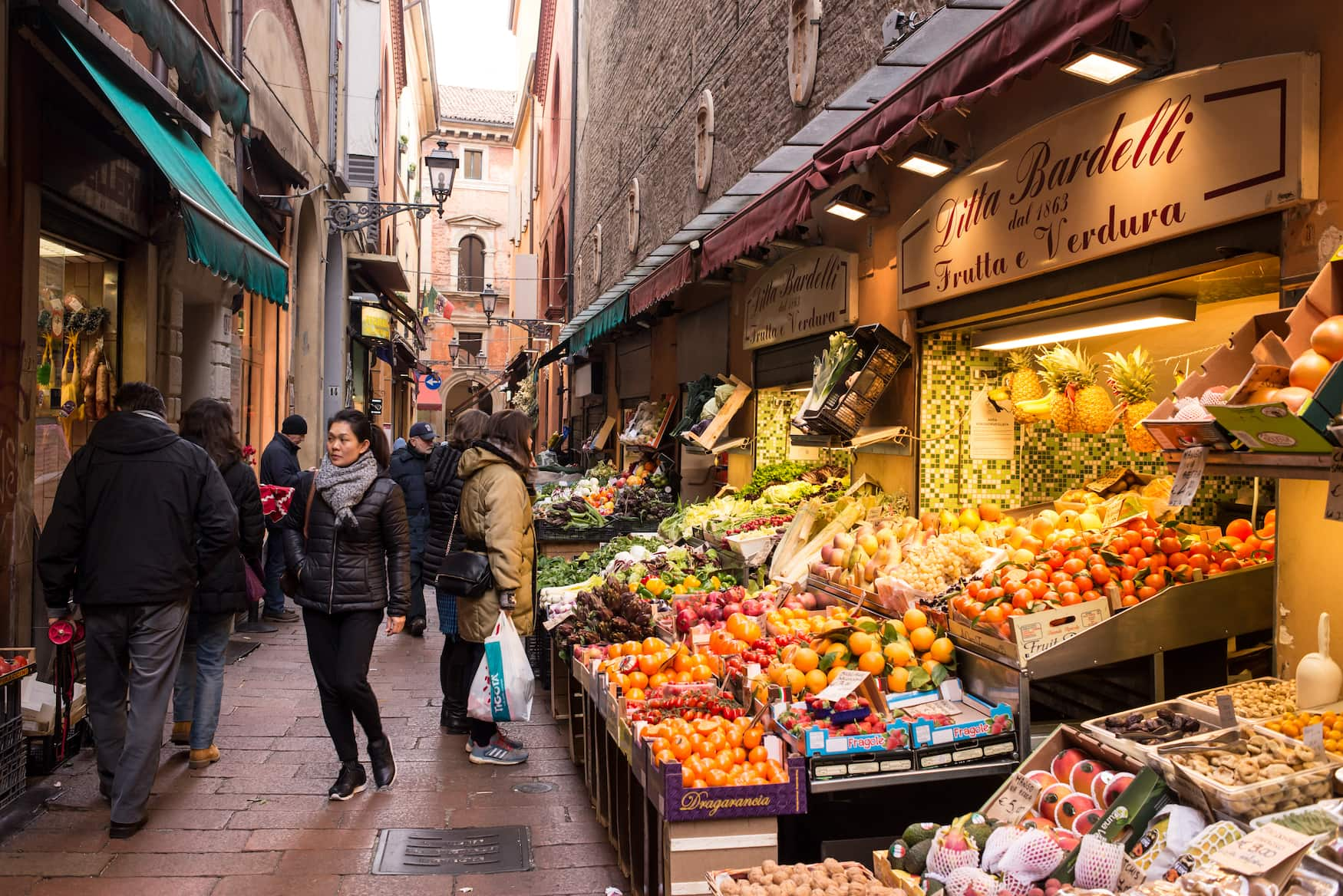 Foodstände in der Via Pescherie Vecchie in Bologna