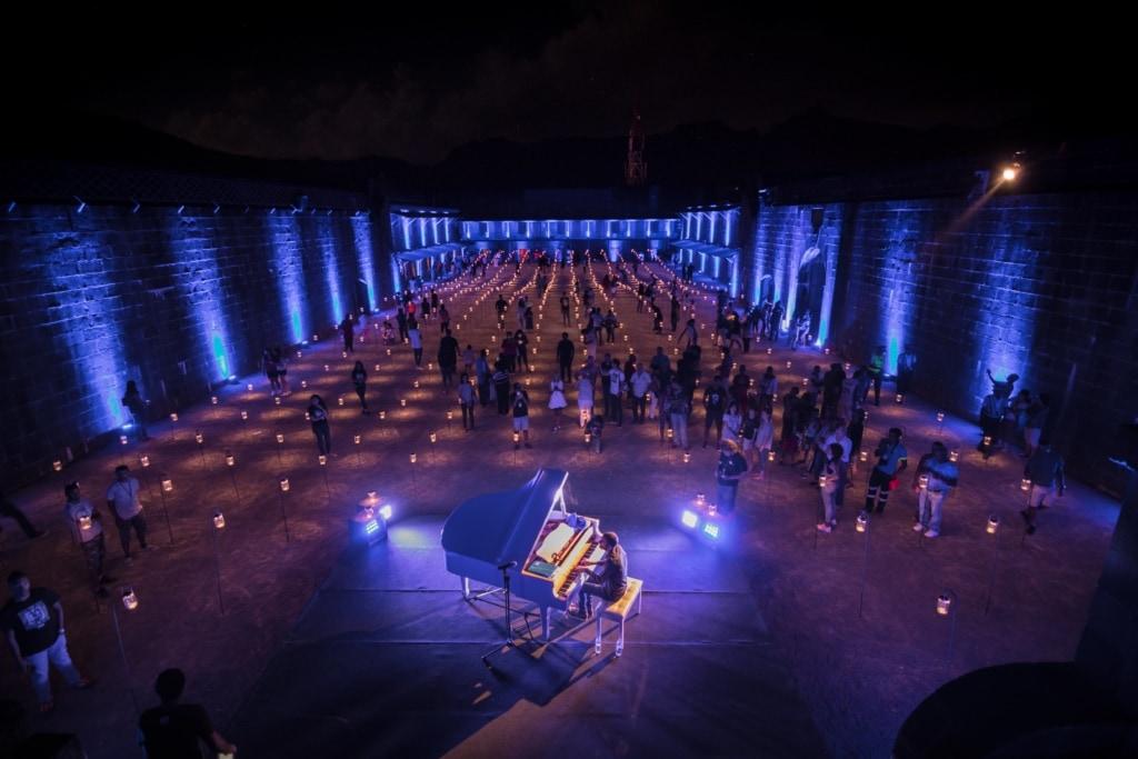 Hunderte kleine Solarlampen erhellen zum Porlwi Festival die Zitadelle von Port Louis auf Mauritius.