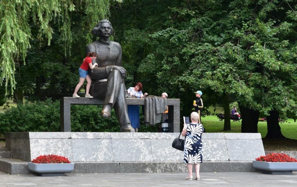 Besucher im Gorkipark in Minsk