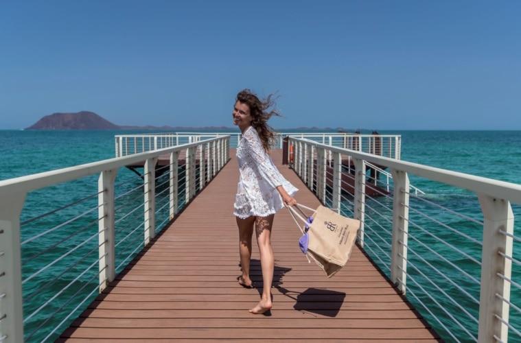 Weibliches Model auf Pier laufend