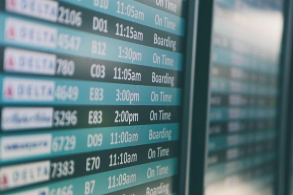 Anzeigetafel im Flughafen