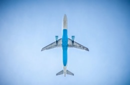 Flugzeug in der Luft, Bauch von unten fotografiert