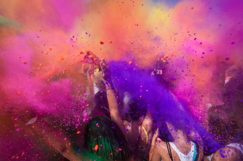 Besucher des Holi Festival of Colours