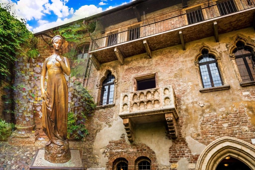 Balkon und Statue von Julia in Verona