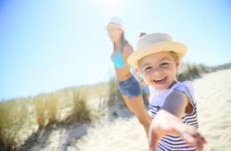 Mädchen mit Mutter am Strand