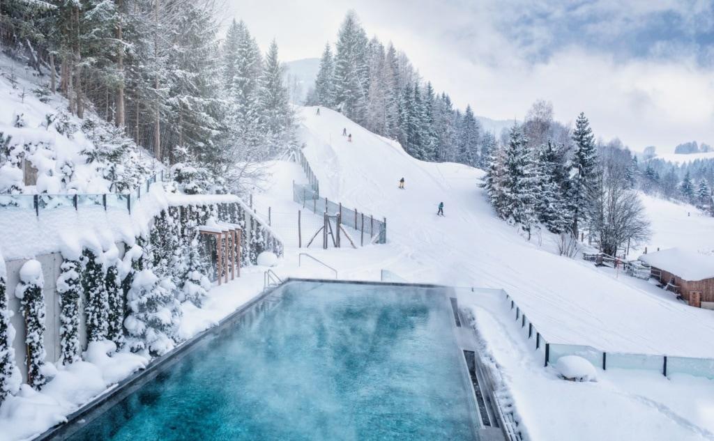 Pool des Naturhotel Forsthofgut im Winter