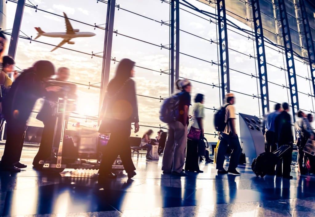 Passagiere in Schlange am Flughafen