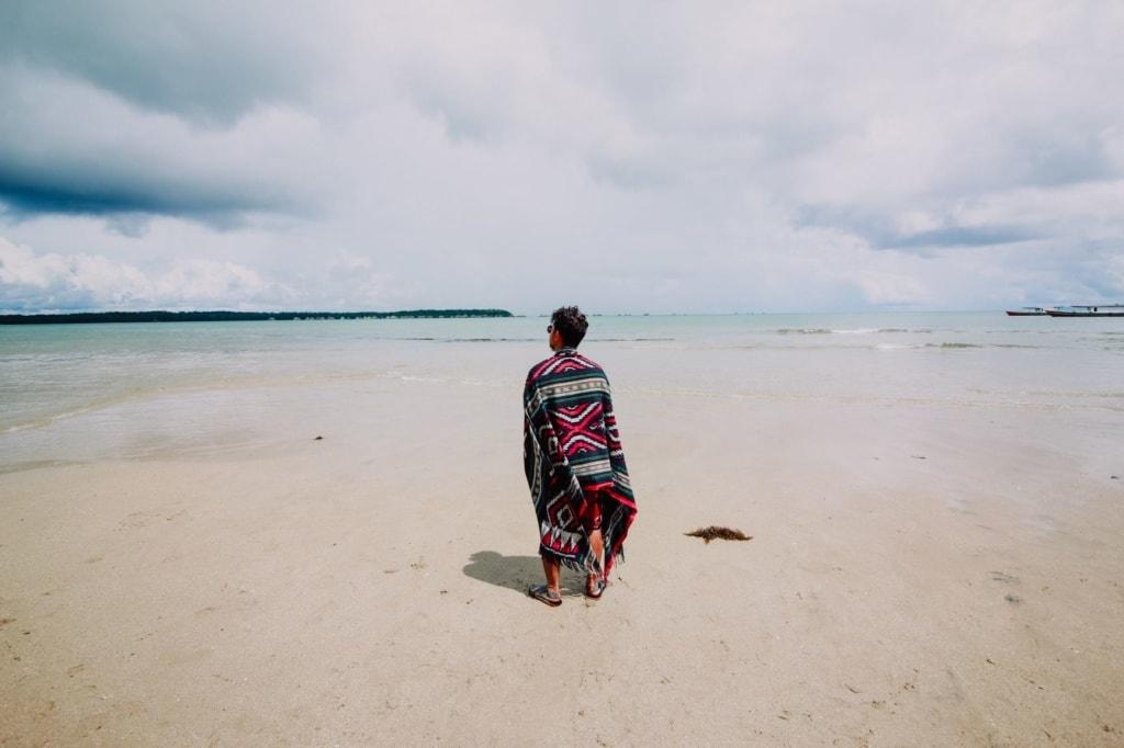 Mann am Strand auf Pulau Tioman