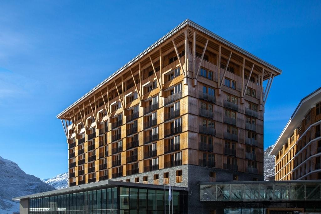 Fassade des Radisson Blu Hotel Reussen in Andermatt