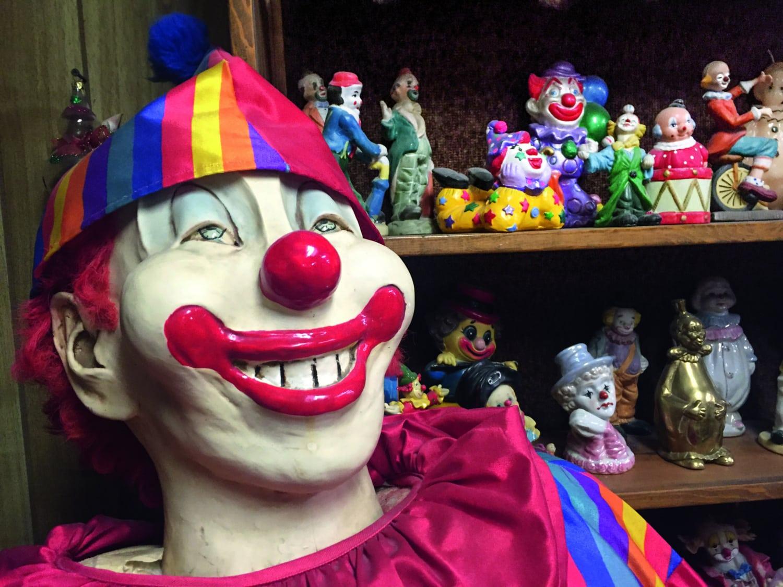 Große Clown-Figur grinst in Kamera