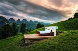 Uriges bett steht mitten in grüner Landschaft