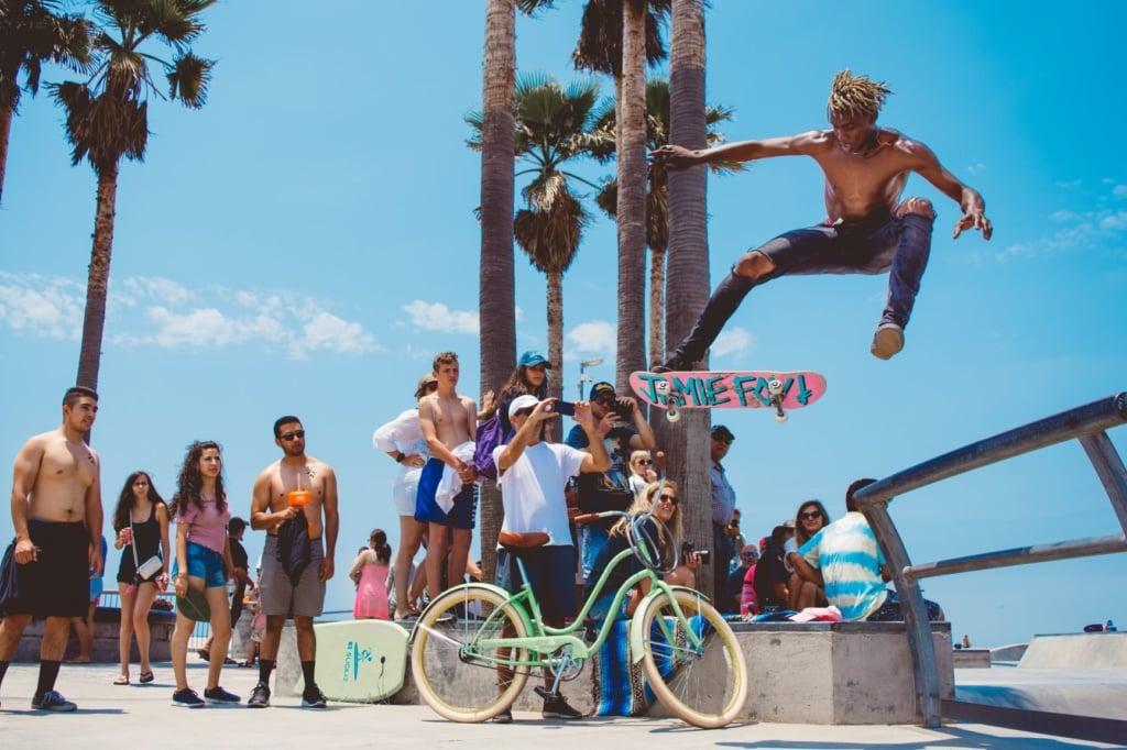 Skater vor Zuschauern am Venice Beach in LA