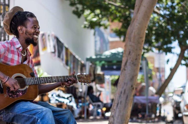 Straßenmusiker mit Gitarre in Johannesburg