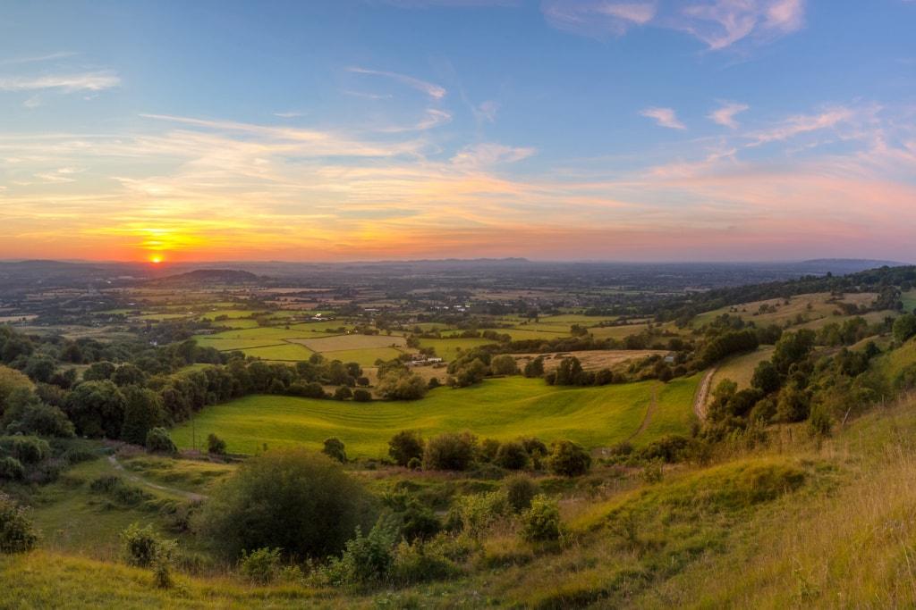 Blick bei Sonnenuntergang über die Cotswolds in England