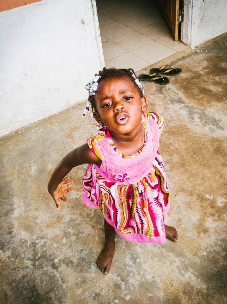 Kleines Mädchen auf São Tomé und Príncipe