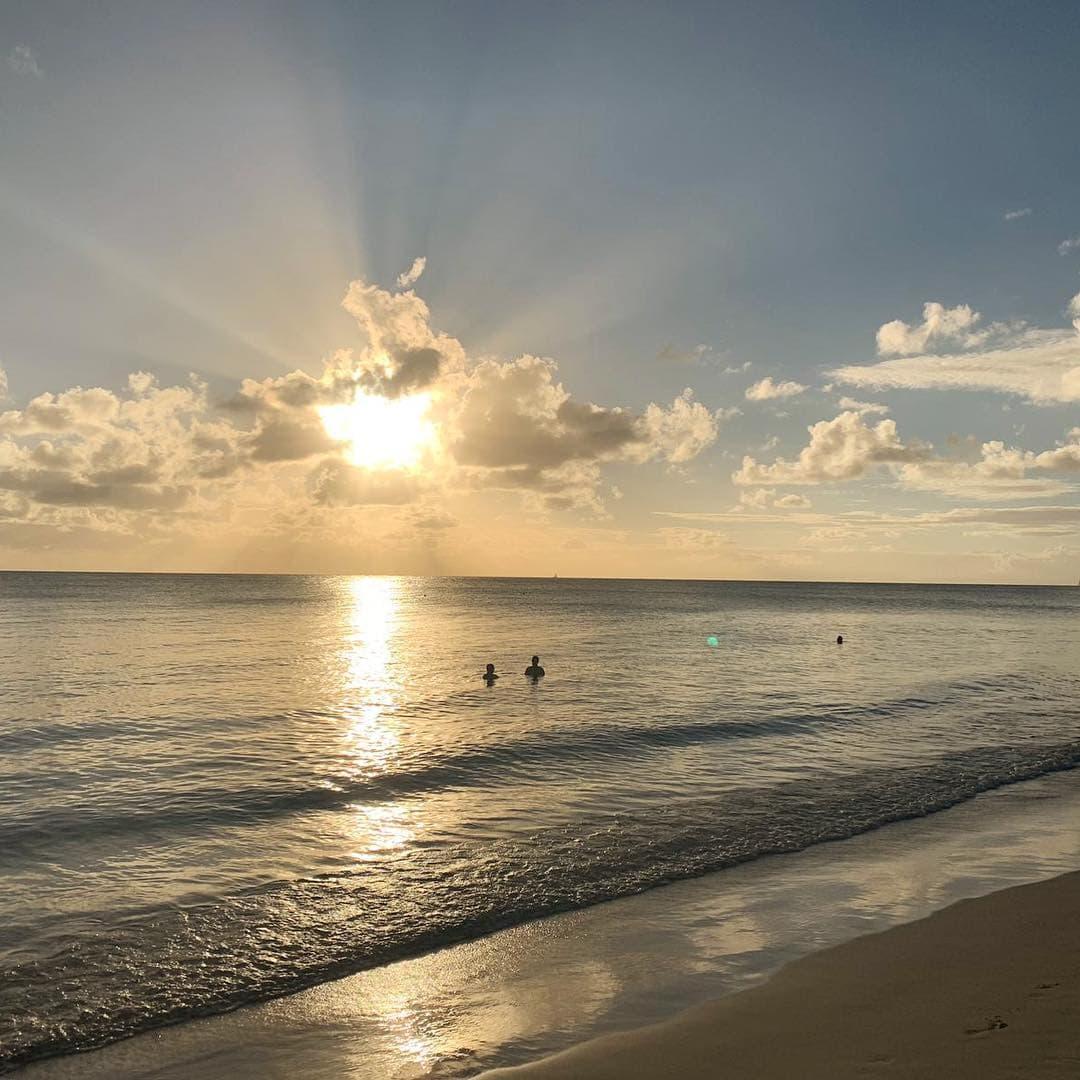 Sonnenuntergang im Karibischen Meer. @aspirinia weilt in der #Karibik. Und wie sind ein wenig neidisch auf das Bad im Meer. #passionpassport #reportervorort  #welivetoexplore #martinique #mytinyatlas