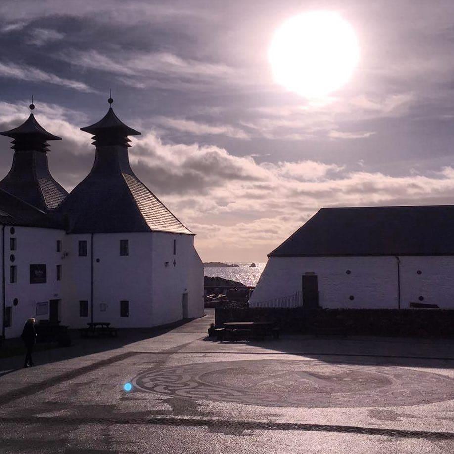 Wenn die Sonne über der Distillery versinkt. #islay. #visitscotland – die Heimst des besten Whisky der Welr
