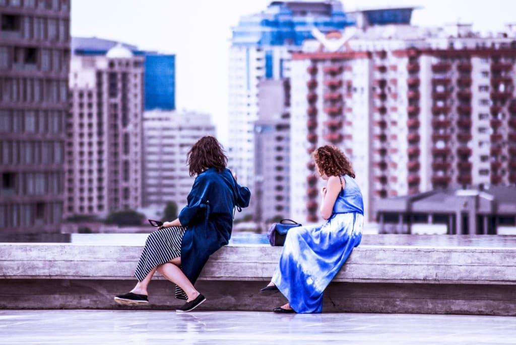 Zwei Frauen sitzen auf Mauer in Baku, Aserbaidschan