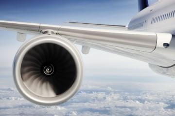 Triebwerk eines Flugzeugs in der Luft