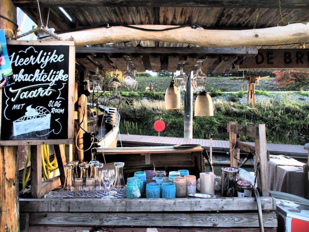 In Nimwegens Hafen an der Waal liegen einige schöne Hausboote, die Kaffee und Kuchen anbieten.