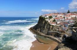 Wunderschöne Dörfer, wie hier Azenhas do Mar, liegen entlang des Pfades von »Portugal - Der Wanderfilm«.