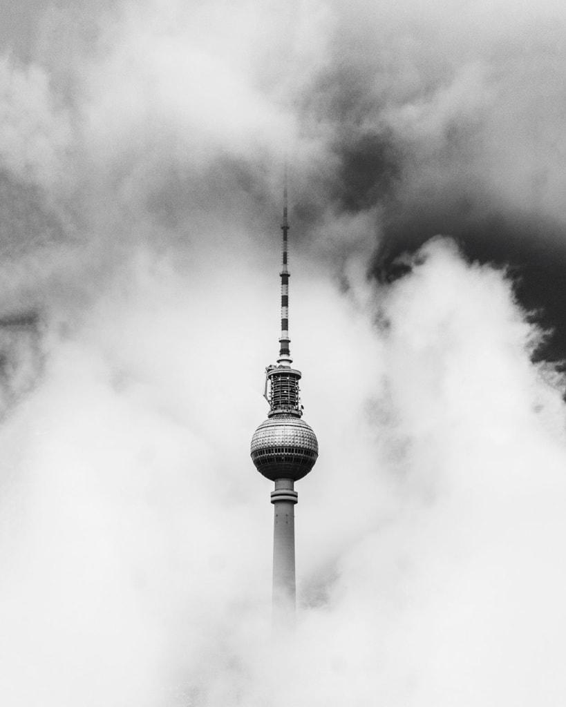 Fernsehturm Berlin in Wolken gehüllt