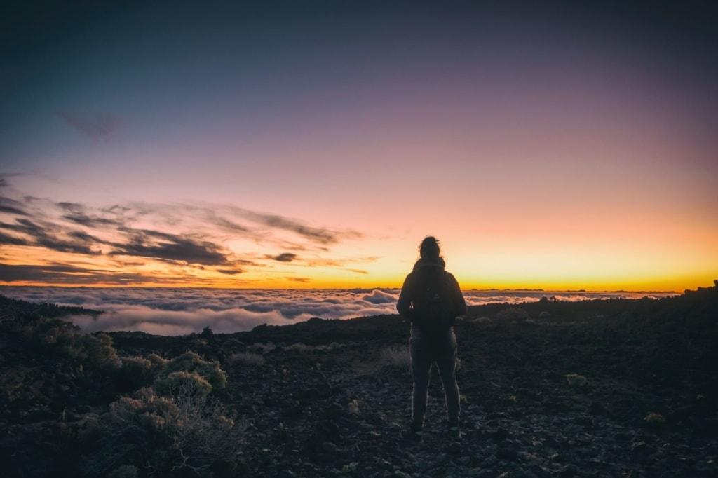Frau auf Vulkan Teide auf Teneriffa