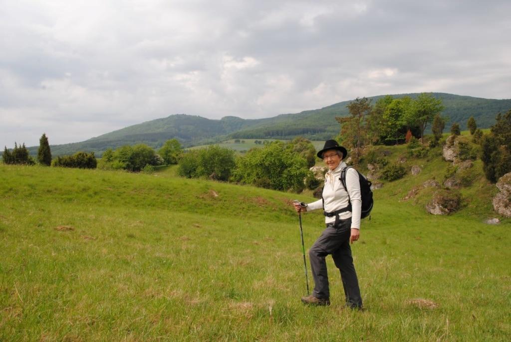Wanderführerin auf einer Wiese in Hie Hripp in Nordhessen