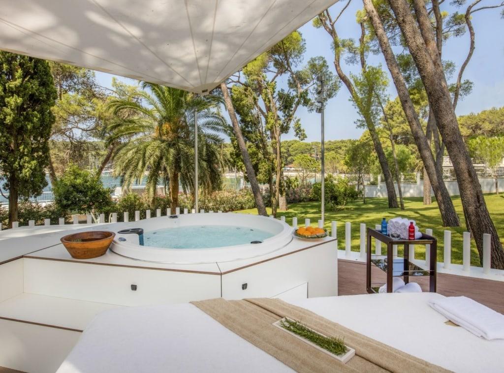 Whirlpook, Spa und Garten im Hotel Bellevue auf Losinj