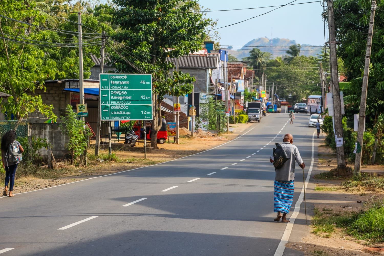 Straße eines Dorfes in Sri Lanka