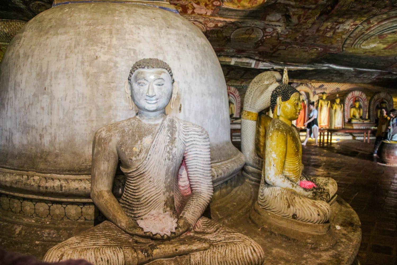 Buddha-Statuen in der Nahaufnahme in einer der Höhlentempel in Dambulla, Sri Lanka