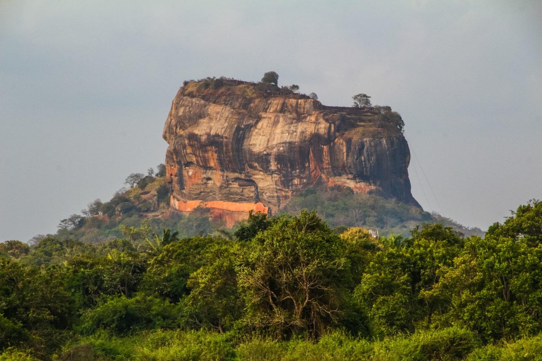 Der berühmte Sigiriya Rock auf Sri Lanka in einer Nahaufnahme vom benachbarten Pidurangala Rock aus
