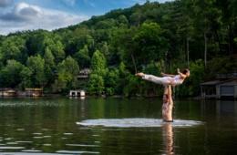 Mann und Frau praktizieren The Lift beim Dirty Dancing Festival im Lake Lure