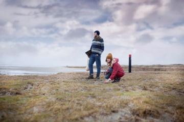 Paar auf einer Wattinseln in Holland