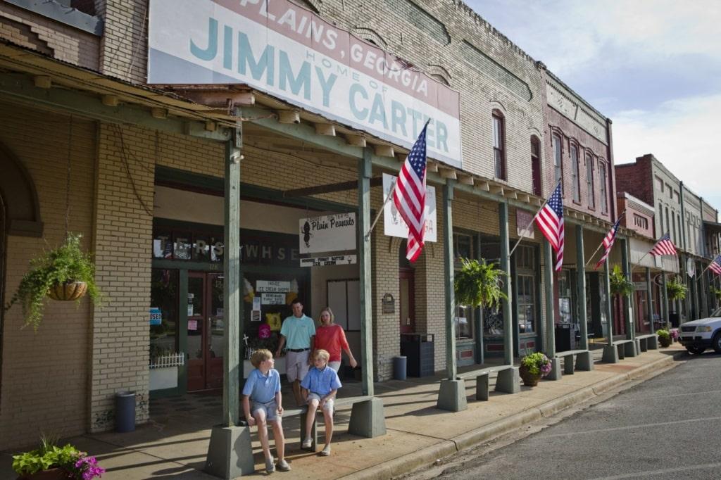 Familie vor einem Geschäft in Plains, Georgia