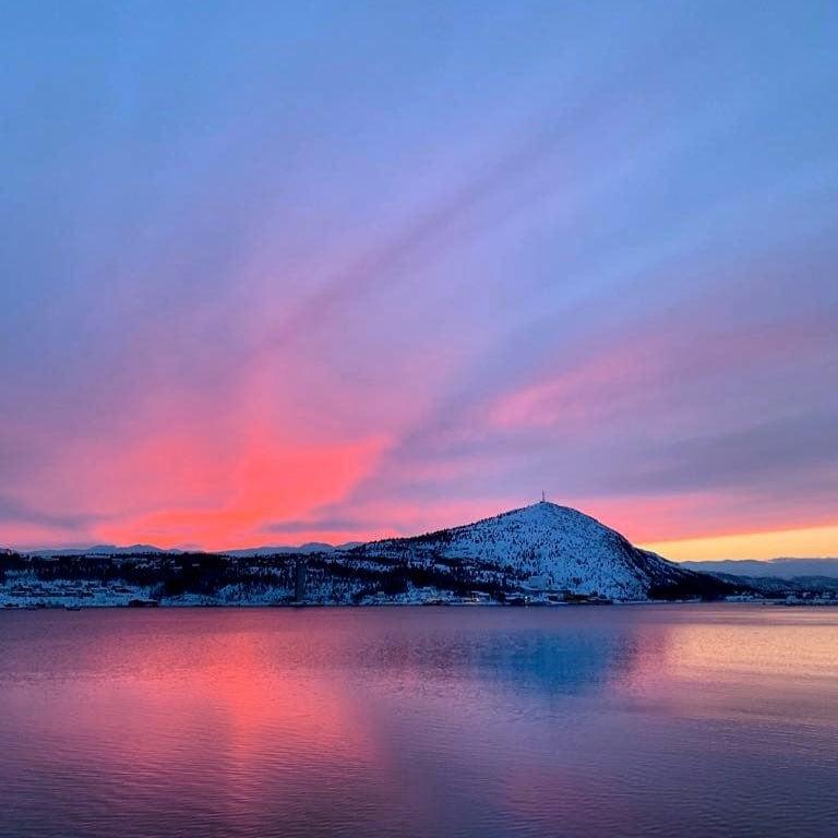 Einfahrt in den Altafjord und Sonnenuntergang in #Alta, #Norwegen.  So erlebt von @verenawolff auf der @aida.aura #kreuzfahrt #reportervorort #passionpassport #cruise