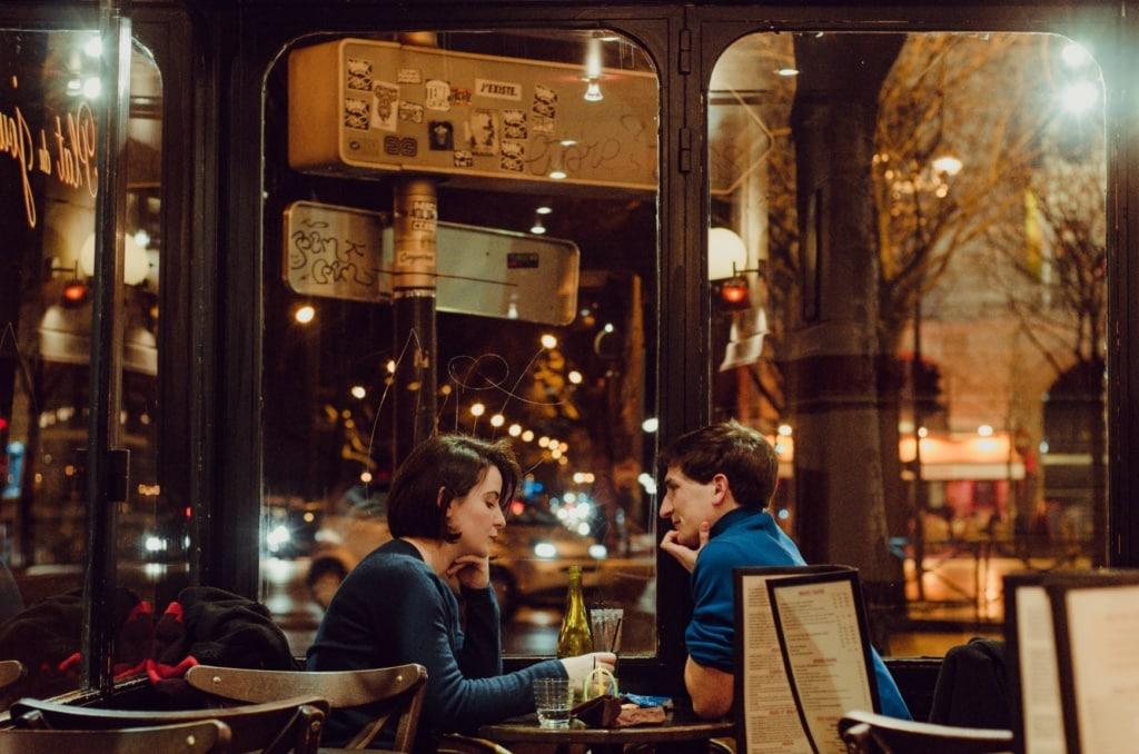 Paar sitzt im Café am Tisch