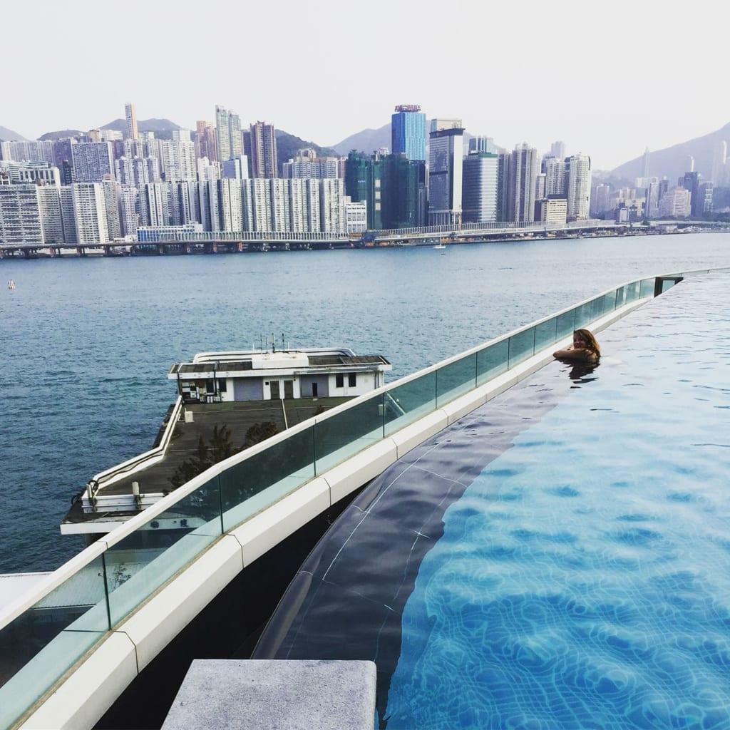 Im The Kerry Hotel badet es sich in Hongkong mit exzellenten Aussichten.