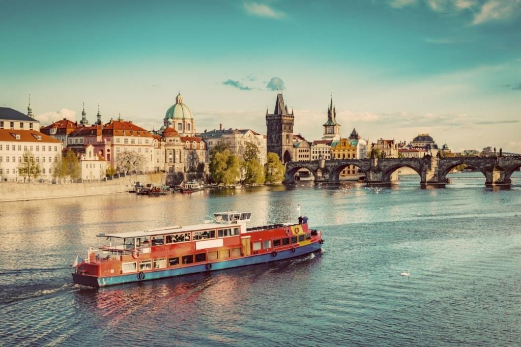 Ausflugsschiff auf der Moldau in Prag