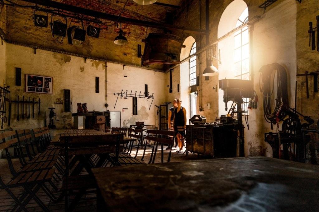 Besucherinnen in der rikettfabrik Herrmannsschacht