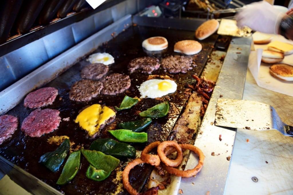 Burger mit Spiegelei auf Bratfläche