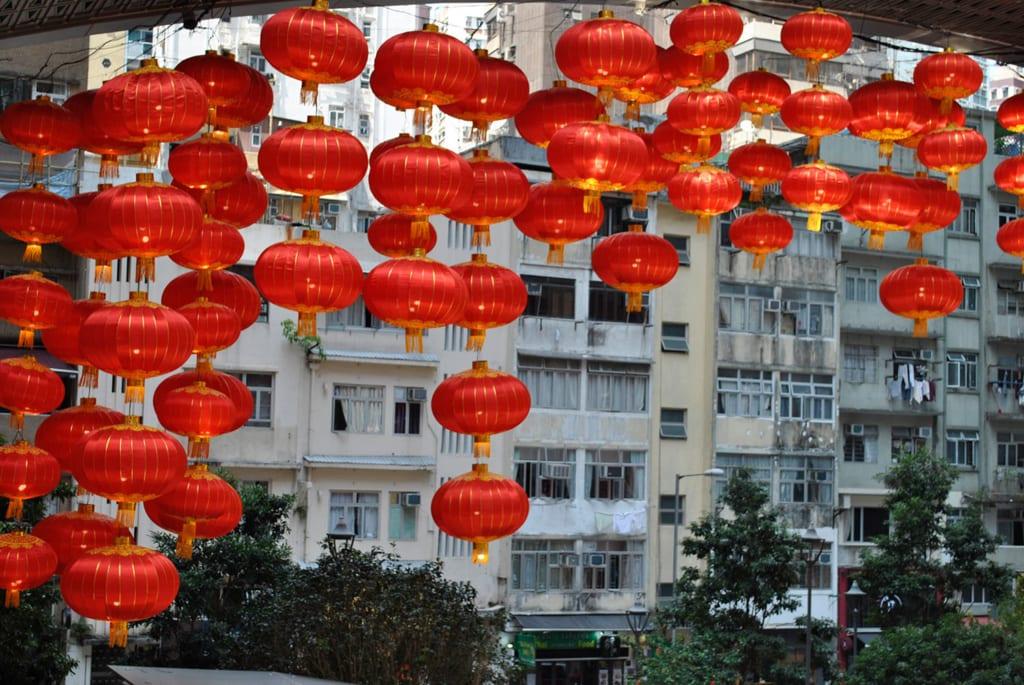 Ein paar letzte Lampions zeigen noch vom letztwöchigen chinesischen Neujahrsfest in Hongkong.